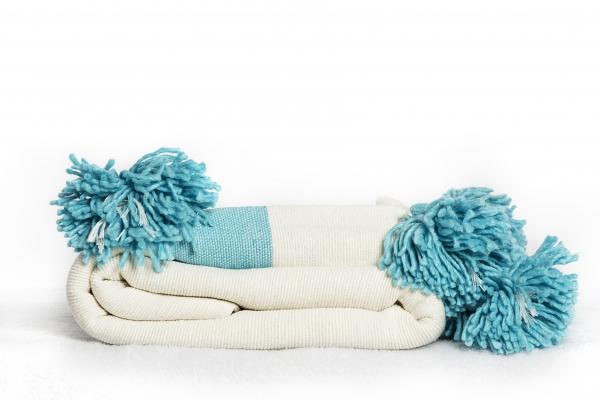 Plaid - Håndlavet marokkansk pompom plaid med blå stribe, 140 x 230 cm.