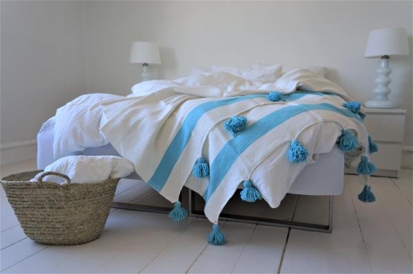 Vores fantastiske Pompom plaid med blå stribe